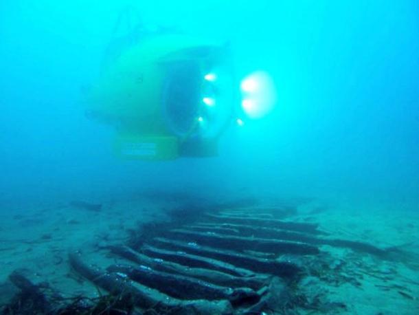 Ictineu 3 submarine, exploring underwater wreck