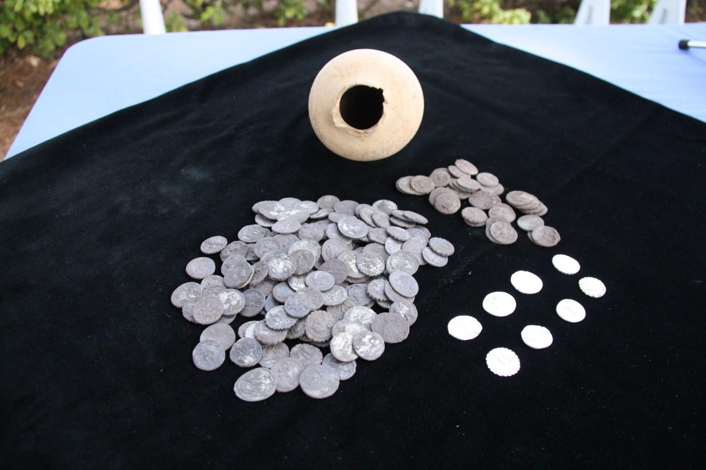 Els 200 denaris de plata descoberts al jaciment d'Empúries aquest 21 de juliol del 2016 (Horitzontal).